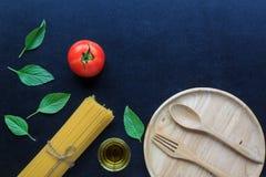 Spaghetti e pomodori con basilico sulla lavagna Immagine Stock Libera da Diritti