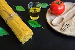 Spaghetti e pomodori con basilico sulla lavagna Immagini Stock Libere da Diritti