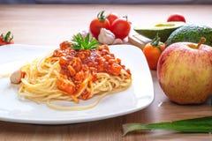 Spaghetti e pomodori freschi con i condimenti sui bordi di legno fotografia stock