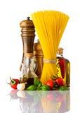 Spaghetti ed alimento italiano di cucina su fondo bianco Immagini Stock Libere da Diritti