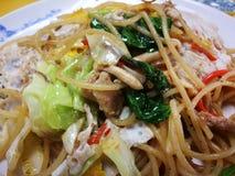 Spaghetti ed uovo dei frutti di mare in salsa dell'erba e piccante che sono famosi del menu dell'alimento della via della Tailand fotografie stock libere da diritti