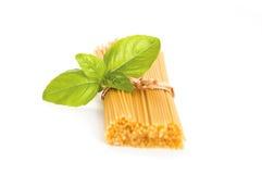Spaghetti en basilicum Stock Afbeelding