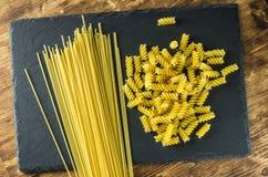 Spaghetti en deegwarenspiralenachtergrond van lei Royalty-vrije Stock Afbeeldingen