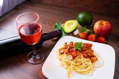 Spaghetti en Italiaanse deegwaren met wijn stock afbeelding