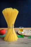 Spaghetti en tomaten met basilicum en bord voor achtergrond Royalty-vrije Stock Afbeeldingen