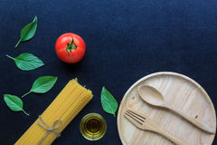 Spaghetti en tomaten met basilicum op bord Royalty-vrije Stock Afbeelding
