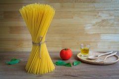 Spaghetti en tomaten met basilicum op houten lijst Royalty-vrije Stock Afbeeldingen