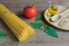 Spaghetti en tomaten met basilicum op houten lijst Royalty-vrije Stock Foto