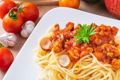 Spaghetti en verse tomaten met kruiden op houten raad stock fotografie