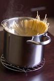 Spaghetti en wijn op lijst Royalty-vrije Stock Afbeeldingen