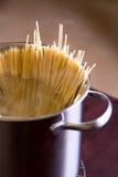 Spaghetti en wijn op lijst Stock Foto's