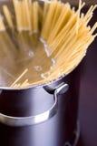 Spaghetti en wijn op lijst Stock Afbeeldingen