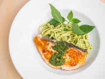 Spaghetti et saumons en sauce à pesto Photographie stock libre de droits