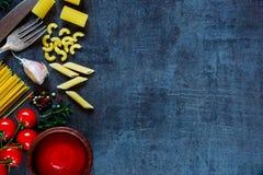 Spaghetti et tomates avec des herbes Photographie stock libre de droits