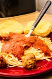 Spaghetti-Fleischklöschen-Brot und eine Gabel lizenzfreies stockfoto