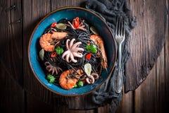 Spaghetti frais avec des fruits de mer faits de poulpe, crevettes roses de tigre Image libre de droits