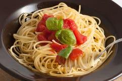 Spaghetti with fresh tomato and basil Stock Photography