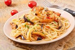 Spaghetti with fried eggplant and tomatoe Royalty Free Stock Photos