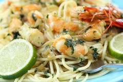 Spaghetti with fried shrimps. And some drops of lime Royalty Free Stock Images