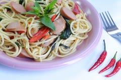 Spaghetti fritti con la salsiccia Immagini Stock