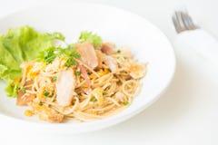 Spaghetti fritti scalpore con il pollo e l'uovo ed uovo Immagini Stock