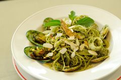 Spaghetti Genovese z owoce morza obraz royalty free