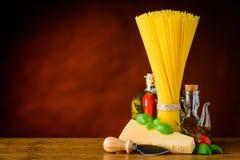 Spaghetti gialli con lo spazio della copia e del parmigiano Fotografie Stock Libere da Diritti