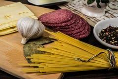 Spaghetti, ingredienti per produrre pasta Immagini Stock Libere da Diritti