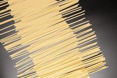 Spaghetti Italiaanse deegwaren Droge deegwaren op zwarte achtergrond stock foto's