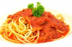 Spaghetti Italiaanse deegwaren met tomatensaus bolognese en vers basilicum close-up Stock Fotografie