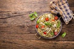 spaghetti Italiaanse deegwarenspaghetti met de kersentomaten van basilicumpesto en olijfolie Royalty-vrije Stock Foto's