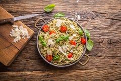spaghetti Italiaanse deegwarenspaghetti met de kersentomaten van basilicumpesto en olijfolie Stock Foto