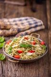 spaghetti Italiaanse deegwarenspaghetti met de kersentomaten van basilicumpesto en olijfolie Royalty-vrije Stock Afbeeldingen