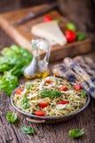 spaghetti Italiaanse deegwarenspaghetti met de kersentomaten van basilicumpesto en olijfolie Stock Fotografie