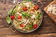 spaghetti Italiaanse deegwarenspaghetti met de kersentomaten van basilicumpesto en olijfolie Royalty-vrije Stock Foto