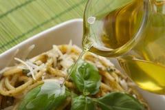 Spaghetti italiani della pasta con il pesto Fotografia Stock Libera da Diritti