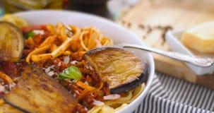 Spaghetti italiani della pasta, linguine con salsa al pomodoro e auberg Fotografia Stock Libera da Diritti