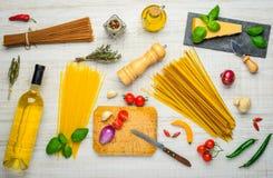 Spaghetti italiani di cucina e vino bianco Fotografia Stock Libera da Diritti