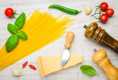 Spaghetti italiani di giallo di cucina con parmigiano Immagini Stock