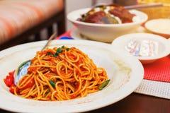 Spaghetti italiens avec la sauce tomate Images libres de droits