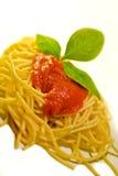 Spaghetti italiens avec le basilic et la sauce tomate photographie stock