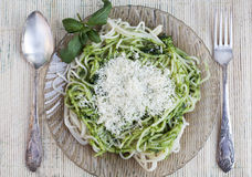 Spaghetti italiens avec le pesto Photos stock