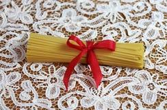 Spaghetti italiens de pâtes attachés avec le ruban rouge image stock