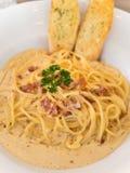 Spaghetti italiens traditionnels de nourriture de Carbonara Image libre de droits