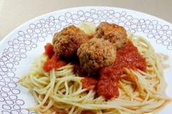 Spaghetti & klopsiki na białym talerzu Fotografia Royalty Free