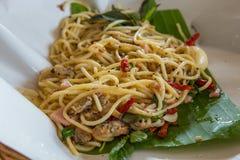 Spaghetti korzenni smażący milczkowie na bananowych liściach obrazy stock
