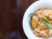 Spaghetti kruidig met zeevruchten op een witte plaat royalty-vrije stock afbeelding