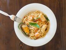 Spaghetti kruidig met zeevruchten op een witte plaat stock foto