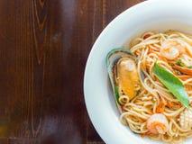 Spaghetti kruidig met zeevruchten op een witte plaat stock fotografie