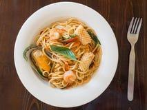 Spaghetti kruidig met zeevruchten op een witte plaat royalty-vrije stock foto